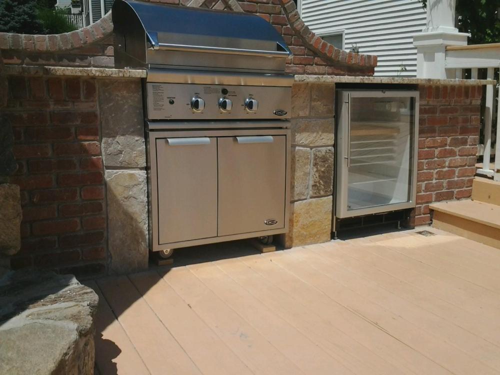 Outdoor Kitchen designer blends Bricks with stone to mesh the perfect Outdoor Kitchen island (4/6)